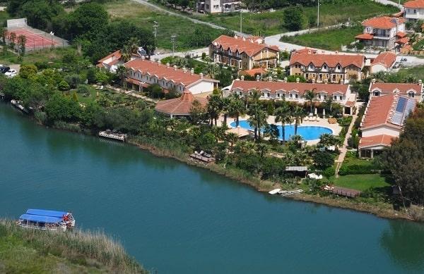 dalyan-turkije-hotels-zwembad-rivier